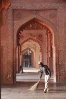 Jama Masjid, sweeper