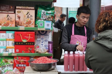 Selling pomegranate juice, China